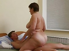 Cougarillo depucelage par une mature video